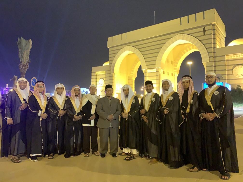 13 Wisudawan Alumni Gontor Ikuti Wisuda ke-55 Universitas Islam Madinah