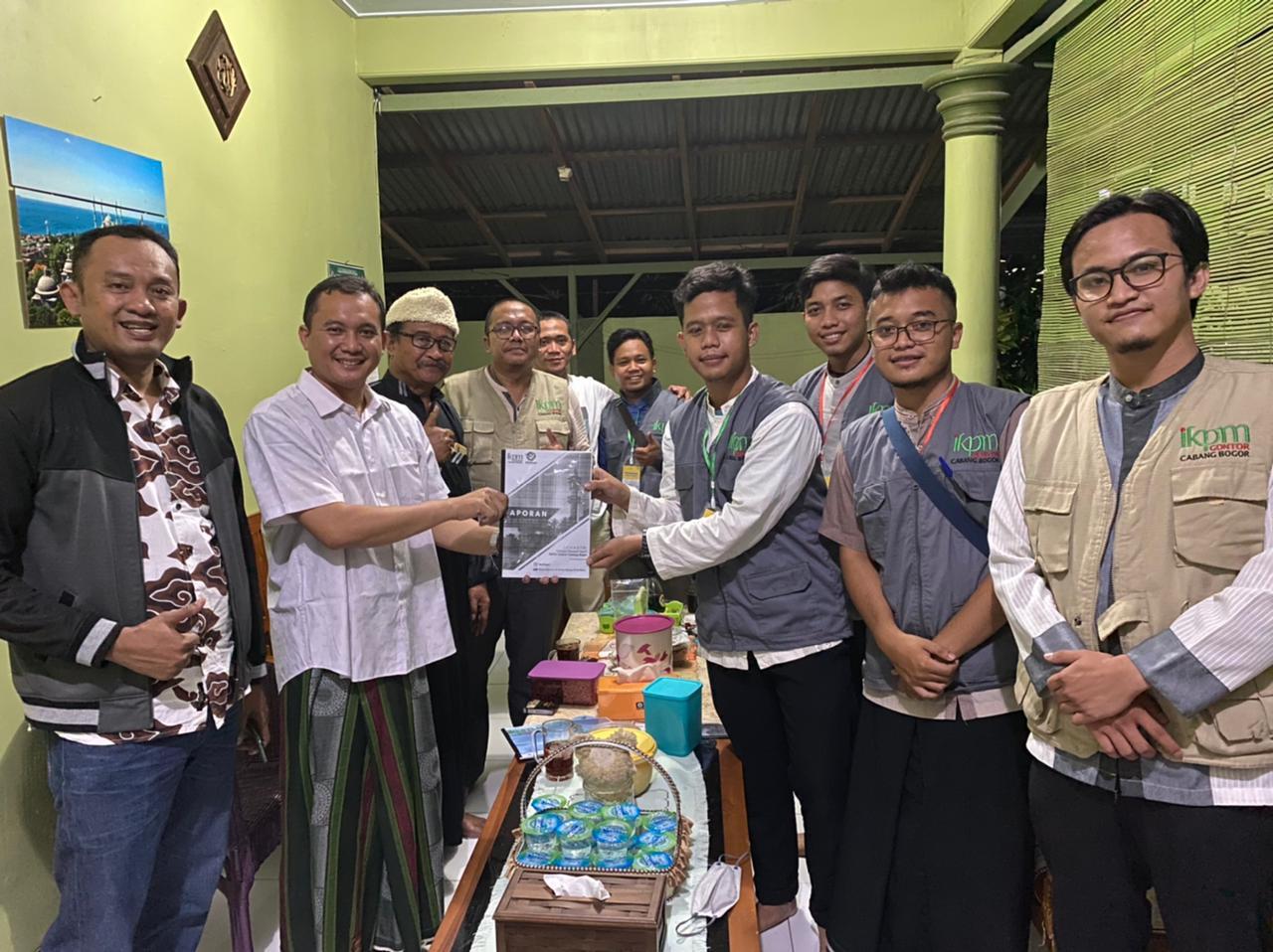 """""""Menjadi yang Pertama, IKPM Bogor Menyerahkan Laporan Kegiatan kepada PP IKPM Gontor Sebagai Bentuk Transparansi""""."""
